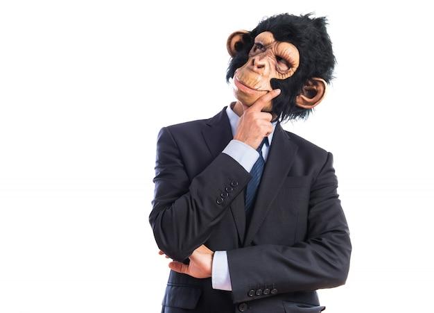 Affe mann denken über weißem hintergrund Kostenlose Fotos