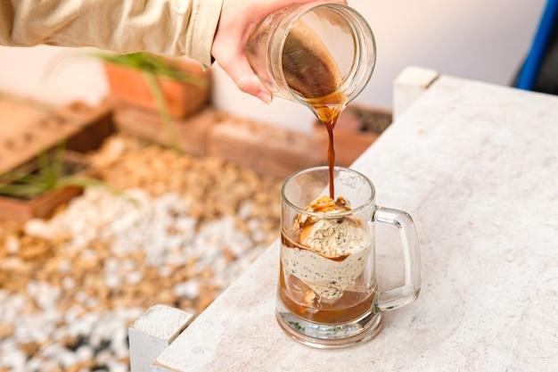 Affogato-kaffee mit eis auf einer glasschale mit garten Premium Fotos