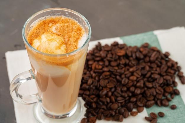 Affogato-kaffee mit eis serviert in glas nahaufnahme Premium Fotos