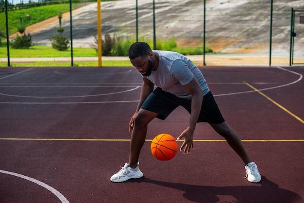 Africam-mann, der ball-totale schlägt Kostenlose Fotos