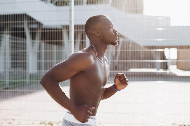 African american mann läuft entlang der straße Kostenlose Fotos