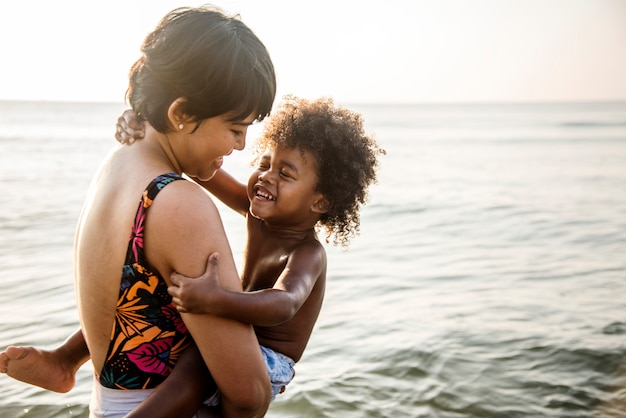 Afrikanische familie, die den strand genießt Premium Fotos
