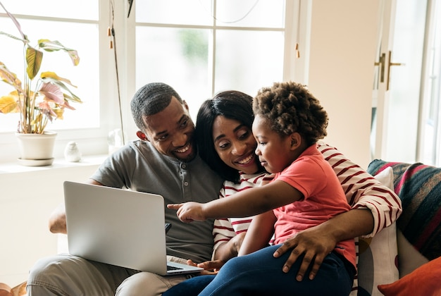 Afrikanische familie, die zusammen zeit verbringt Kostenlose Fotos