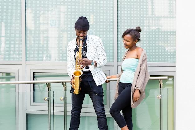 Afrikanische paare, die saxophon spielen Premium Fotos