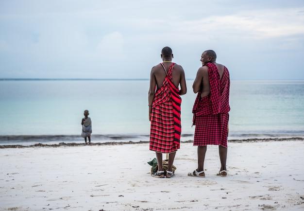 Afrikanische stammesmänner am strand Premium Fotos