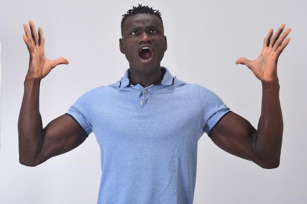 Afrikanischer mann mit erhobenen armen schreien Premium Fotos