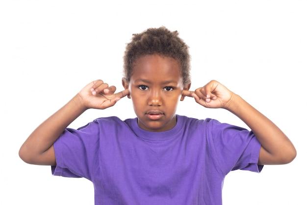 Afrikanisches kind, das seine ohren bedeckt Premium Fotos