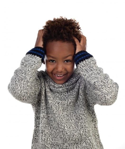 Afrikanisches kind, das seinen kopf bedeckt Premium Fotos