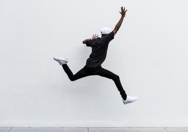Afrikanisches mannspringen Kostenlose Fotos