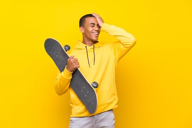 Afroamerikaner skater mann hat etwas realisiert und die lösung beabsichtigt Premium Fotos