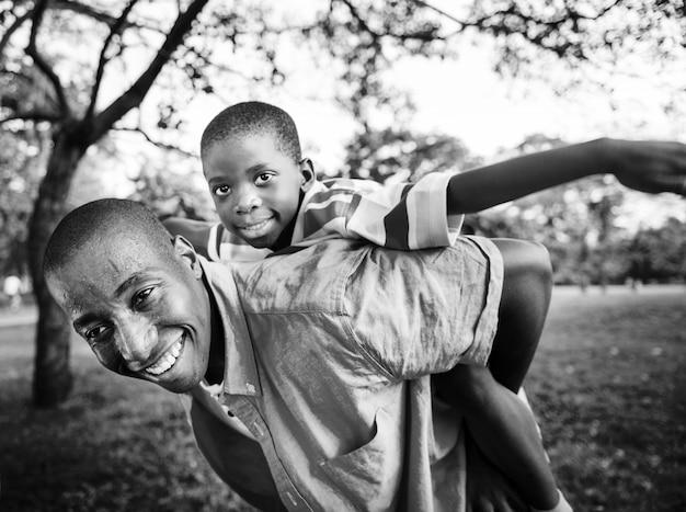 Afroamerikanerfamilie, die draußen qualitätszeit genießt Kostenlose Fotos