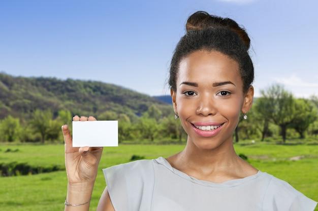 Afroamerikanerfrau, die leeres papier hält Premium Fotos