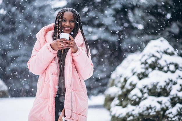 Afroamerikanerfrau, die telefon verwendet Kostenlose Fotos
