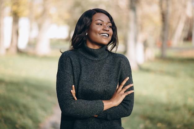 Afroamerikanerfrau glücklich draußen im park Kostenlose Fotos