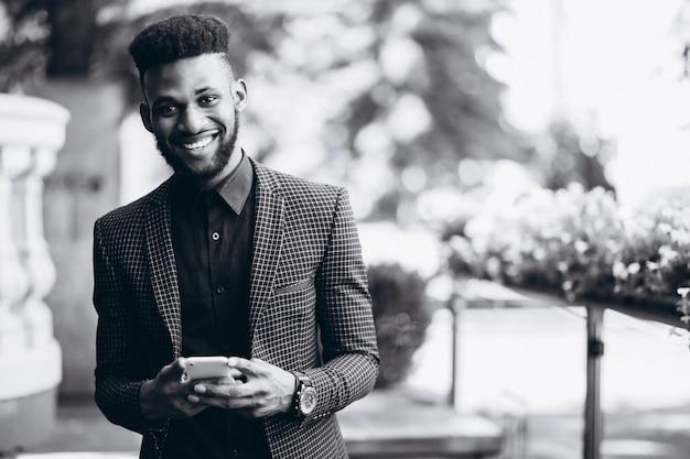 Afroamerikanergeschäftsmann, der am telefon spricht Kostenlose Fotos
