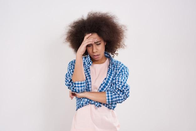 Afroamerikanermädchen ist betonte aufstellung. Premium Fotos