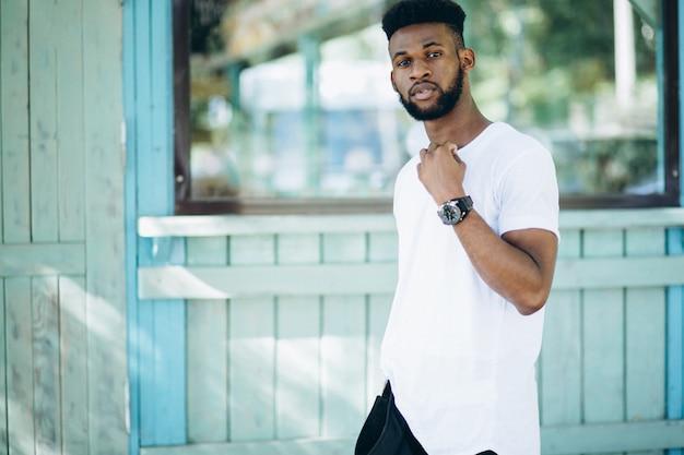 Afroamerikanermann im weißen t-shirt Kostenlose Fotos