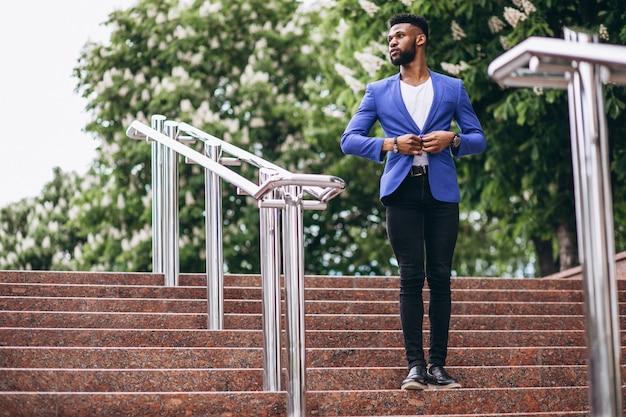Afroamerikanermann in der blauen jacke Kostenlose Fotos