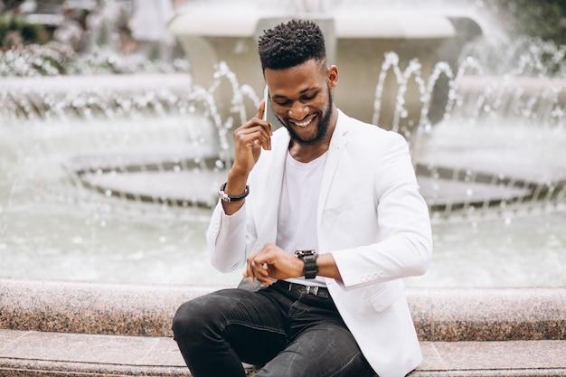 Afroamerikanermann in der weißen jacke Kostenlose Fotos