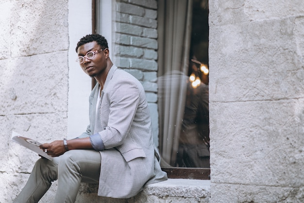 Afroamerikanermann-lesezeitschrift Kostenlose Fotos