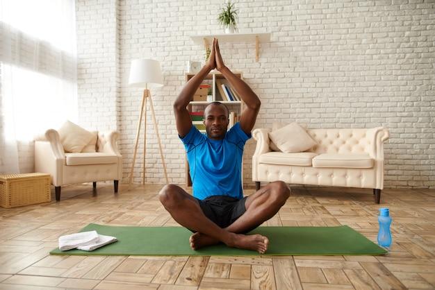 Afroamerikanermann meditiert in der lotoslage. Premium Fotos