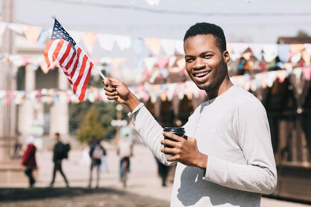 Afroamerikanermann mit usa-flagge auf festival Kostenlose Fotos