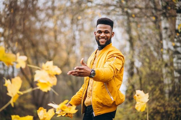 Afroamerikanerstudent, der in den park geht Kostenlose Fotos