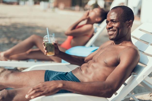 Afroamerikanische familie ruht sich am strand aus Premium Fotos