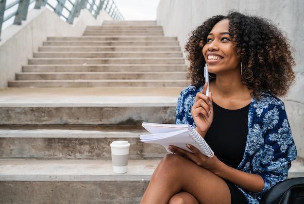 Afroamerikanische frauen mit notizbuch und stift. Premium Fotos