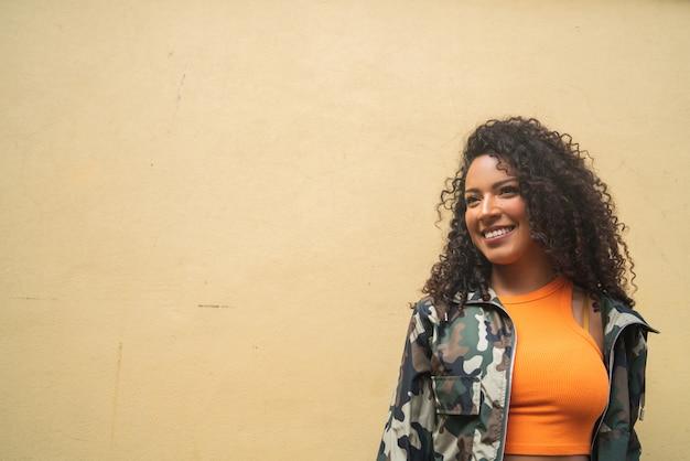 Afroamerikanische lateinamerikanische frau, die einkaufstaschen hält. Premium Fotos