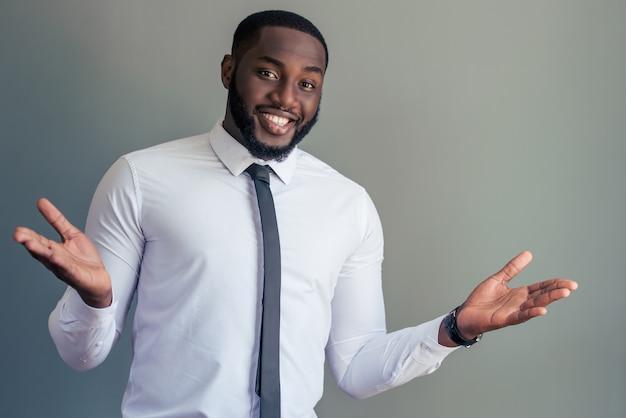 Afroamerikanischer geschäftsmann im weißen klassischen hemd. Premium Fotos