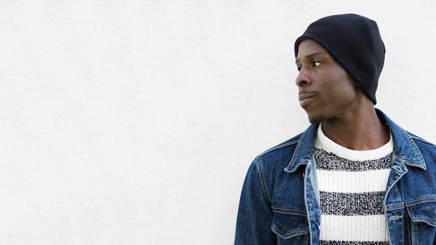 Afroamerikanischer mann und exemplar Kostenlose Fotos
