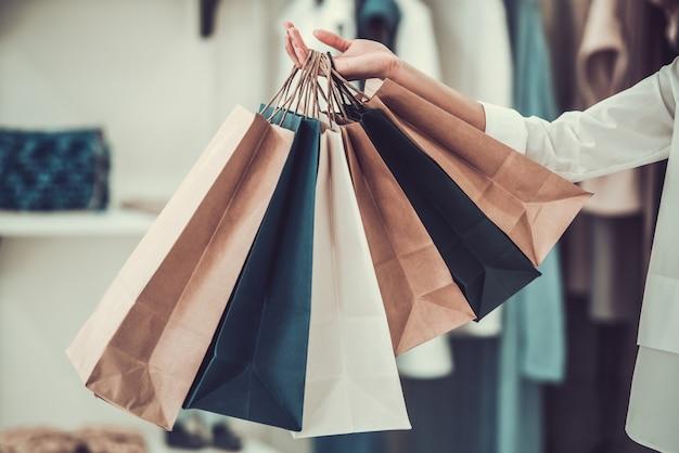 Afroamerikanisches mädchen, das einkaufstaschen hält. Premium Fotos
