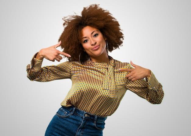 Afrofrau, die ihr hemd zeigt Premium Fotos