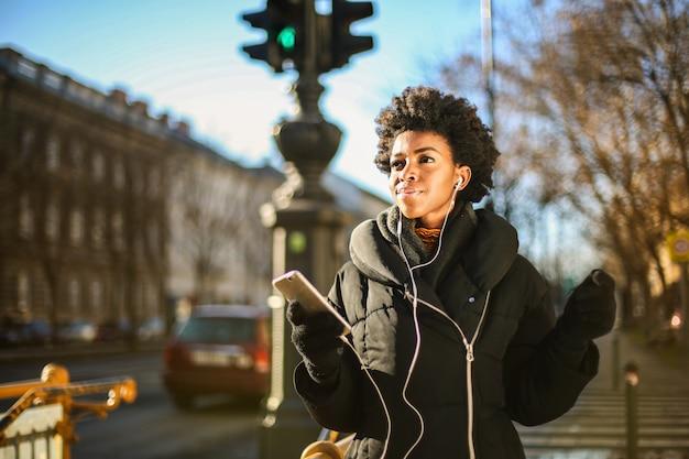 Afrofrau im winter auf einem spaziergang Premium Fotos