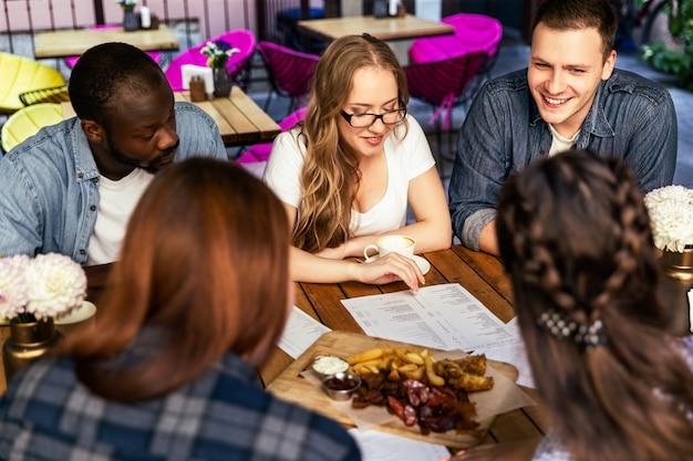Afterworks informelles treffen von arbeitskollegen im kleinen café, mädchen und jungen Kostenlose Fotos