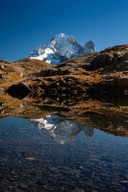 Aiguille verte vom mont-blanc-massiv, das auf wasser in chamonix, frankreich reflektiert Kostenlose Fotos