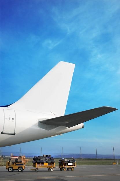 Airplain geschichte und gepäckwagen Premium Fotos