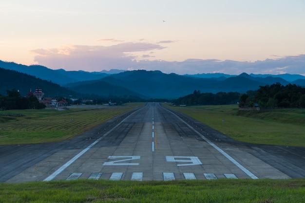 Airport runway sonnenuntergang. Premium Fotos