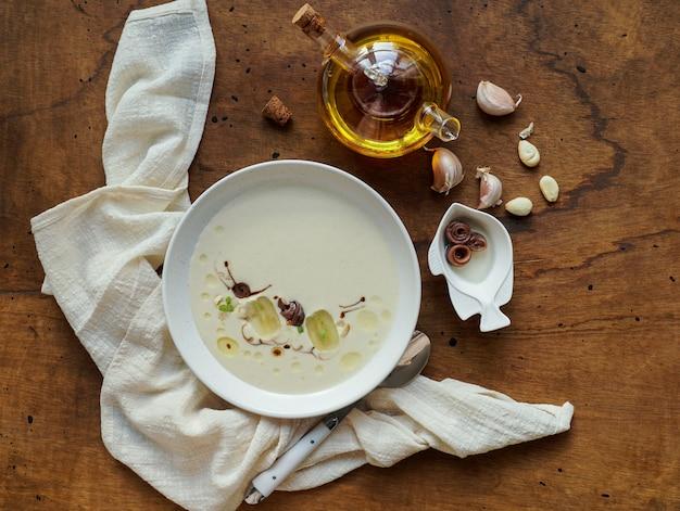 Ajo blanco, typisch spanische kalte suppe, mandeln und knoblauch mit olivenöl und brot Premium Fotos