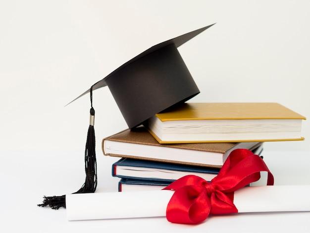 Akademische kappe auf stapel bücher Kostenlose Fotos