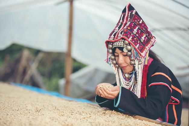 Akha-frauen lächelten und bewunderten den kaffee Kostenlose Fotos
