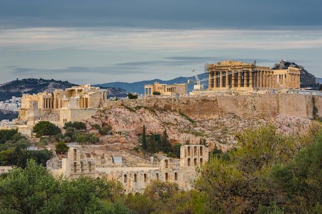 Akropolis in den strahlen des sonnenuntergangs Premium Fotos