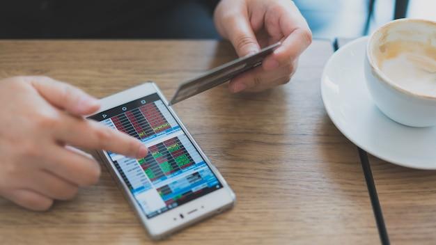 Aktien auf handy mit kreditkarte Premium Fotos