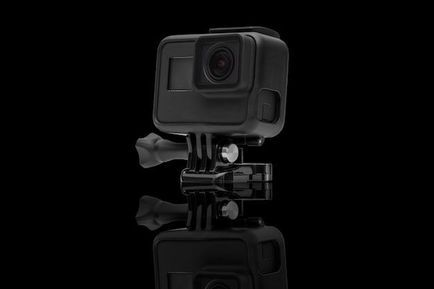 Aktionskamera lokalisiert auf schwarzem Premium Fotos