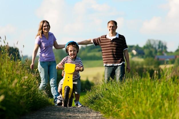 Aktive familie im sommer wandern und radfahren Premium Fotos