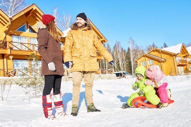 Aktive familie in den winterferien Premium Fotos