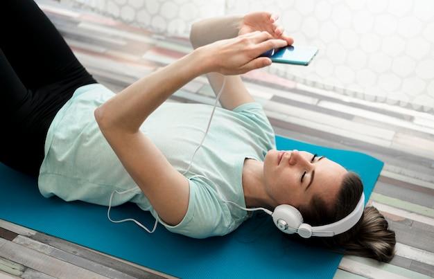 Aktive frau, die musik während des trainings hört Kostenlose Fotos