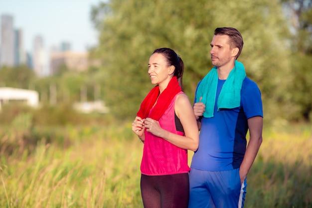 Aktive sportive paare, die in park laufen. gesundheit und fitness. Premium Fotos