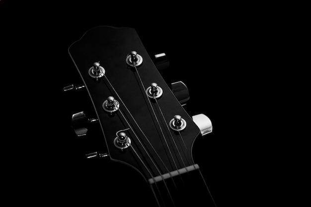 Akustikgitarre auf schwarzem hintergrund Premium Fotos